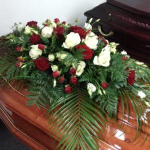 Композиция на гроб из живых цветов 5