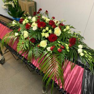 Композиция на гроб из живых цветов 6